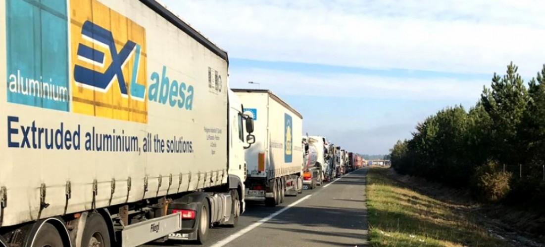 miles-de-camiones-atrapados-en-la-frontera-con-francia